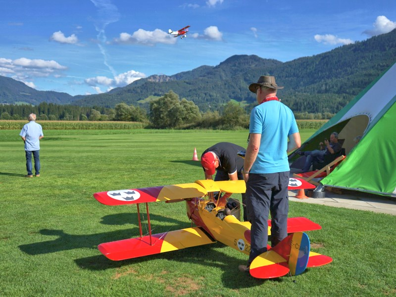 Powered model aircraft